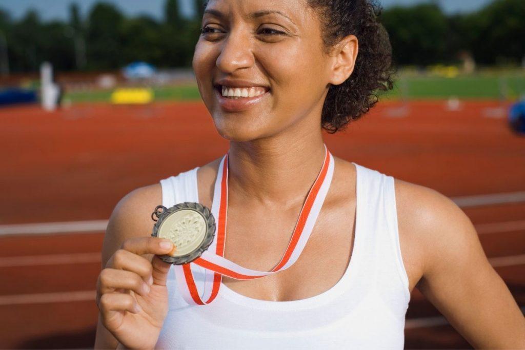Kobieta z medalem od firmy Artskam.pl